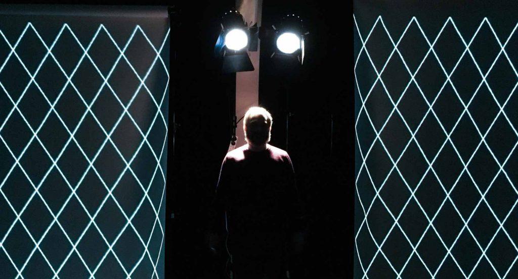 alexander lorenz vor lampen mit projektion